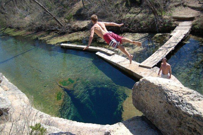 【ヤコブの井戸】天然プールに空いた水中洞窟!内部の構造と警告看板がヤバい